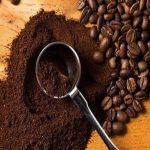 Sử dụng bã cafe để đánh bay mùi ẩm mốc